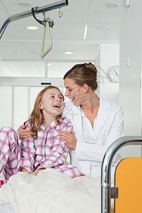 护士和女孩在医院的床上笑着图片
