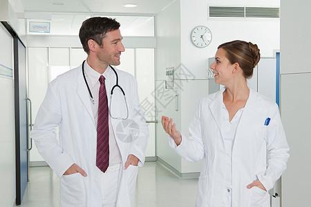 护士和医生在大厅里讨论图片