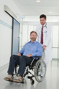 医生推着坐轮椅的病人图片