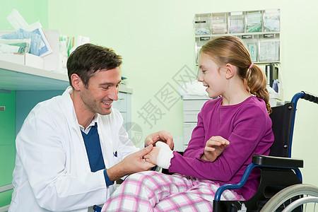 医生检查女孩的手图片