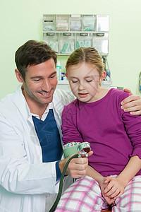 医生检查女孩的血压图片