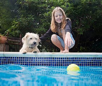 池边养狗的女孩图片