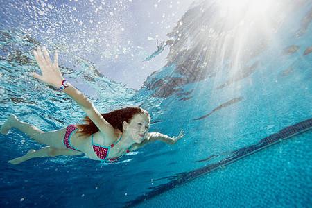 游泳池里的小女孩图片