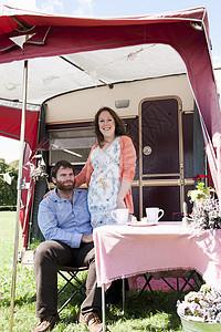 拖车外的情侣野餐图片