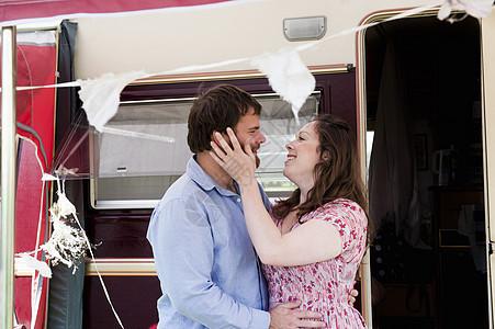 情侣在拖车外拥抱图片