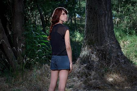 站在森林里的女人图片