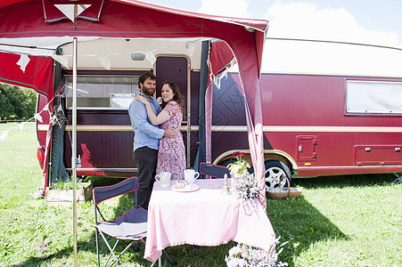 情侣拥抱在拖车外图片