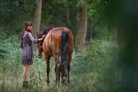 森林里的女子走马图片
