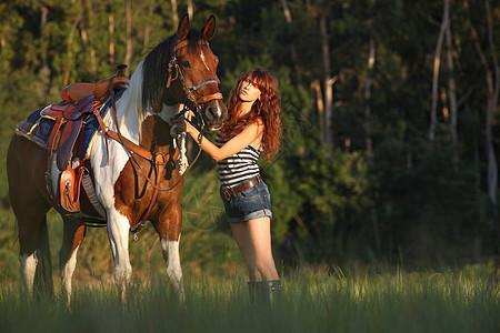 森林里的女子溜马图片