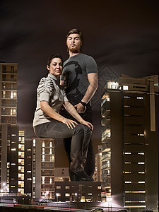坐在建筑物上的特大号夫妇图片