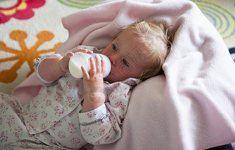 裹在毯子的小孩在喝奶图片