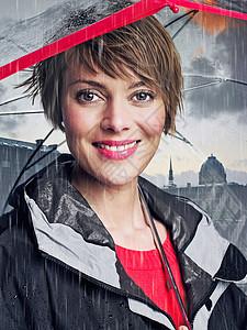 雨伞下微笑的女人图片