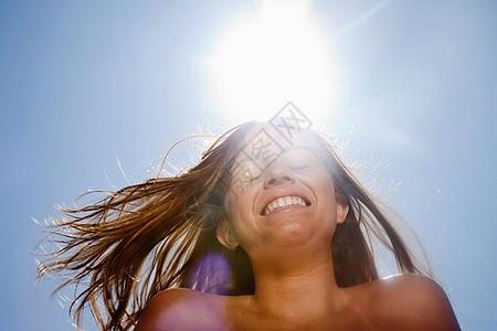 阳光明媚的女孩图片