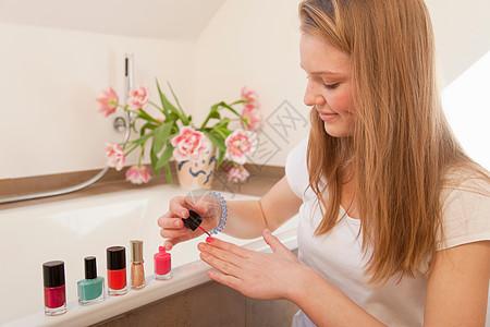 十几岁的女孩在涂指甲图片