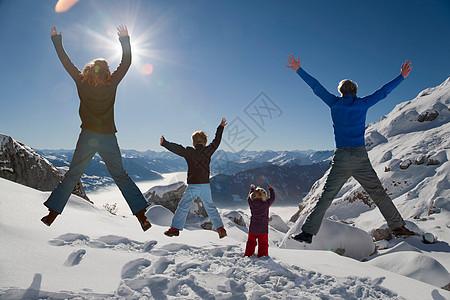 欢乐家庭在冬山跳跃图片