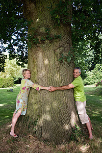抱着树的一对夫妇图片