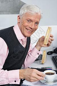 商人吃三明治图片