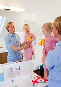 父亲和女儿在浴室图片