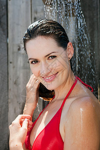 淋浴的女性图片