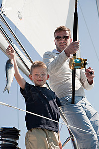 父子在游艇上钓鱼图片