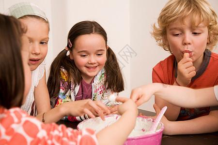 男孩女孩吃奶油图片