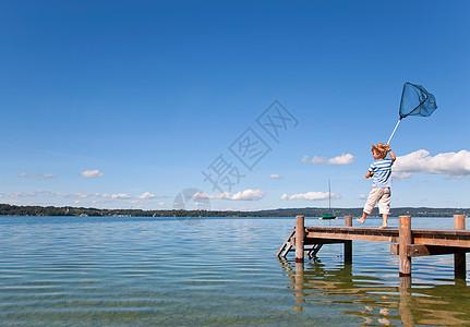 男孩在湖中捕鱼图片