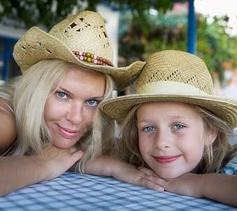 女人和年轻女孩图片