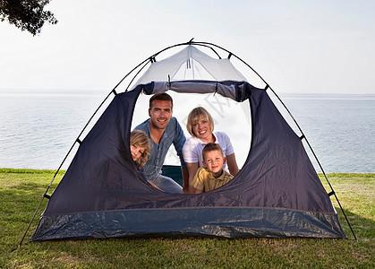 海边帐篷家庭野营图片