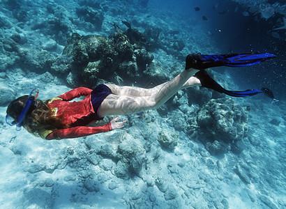 女孩深潜的水下拍摄图片