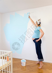 孕妇刷墙图片