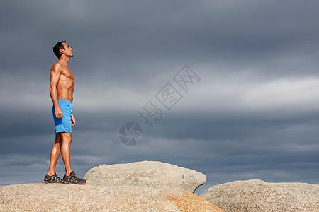 在巨石上行走的人图片