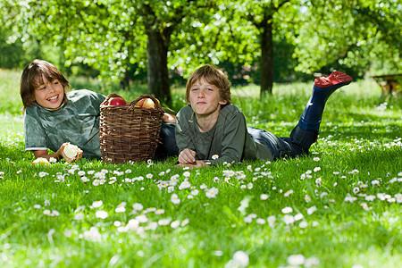 两个男孩在草地上休息图片