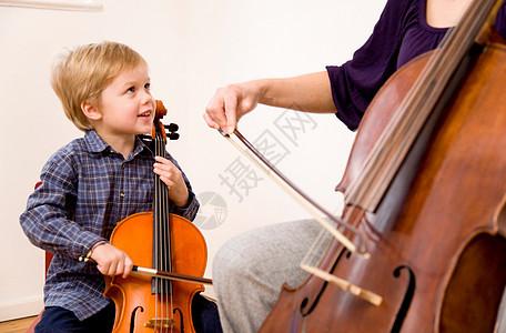 拉大提琴的男女图片