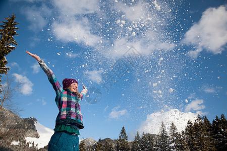 向空中扔雪的女孩图片