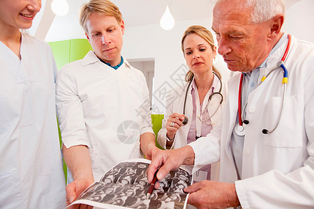 研究扫描的医生图片