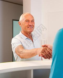 患者与医生握手图片