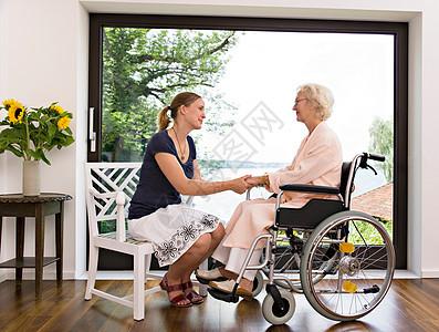 女人和老女人手牵手关怀图片