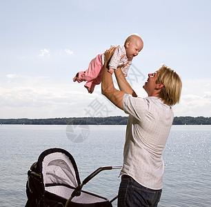 爸爸从婴儿车上抱孩子图片