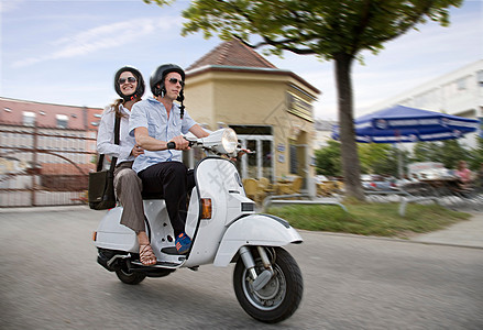 电单车车上的情侣图片