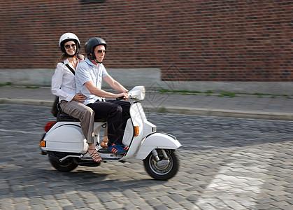 电动车上的情侣图片