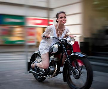 骑摩托车的年轻女子图片