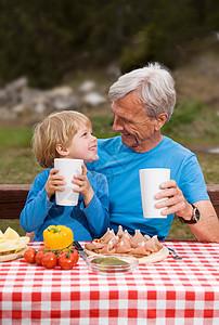 爷孙俩野餐图片