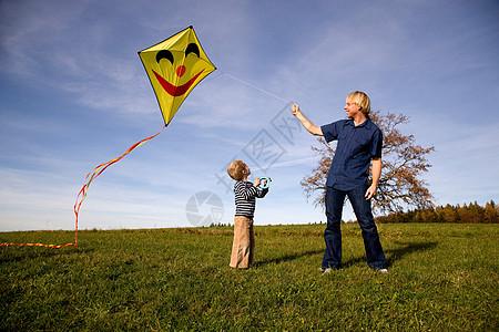 男孩和父亲放风筝图片