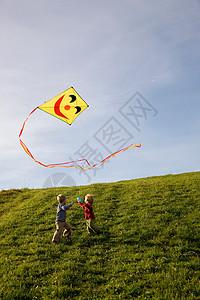 两个男孩放风筝图片