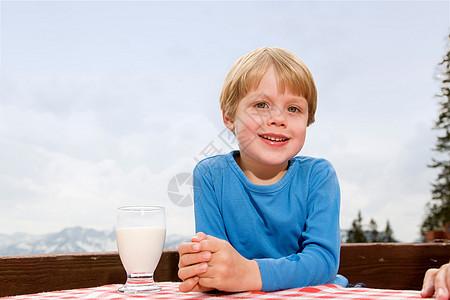 男孩在山顶户外喝牛奶图片