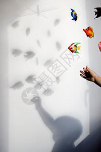 男孩玩耍的影子图片