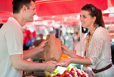 年轻女子买水果图片
