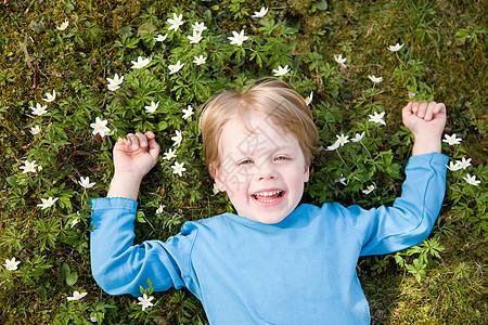 躺在草地上笑的男孩图片