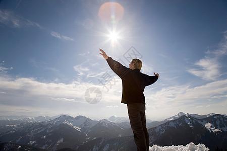 阿尔卑斯山上长开双手的人图片