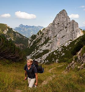人在山路上徒步旅行图片